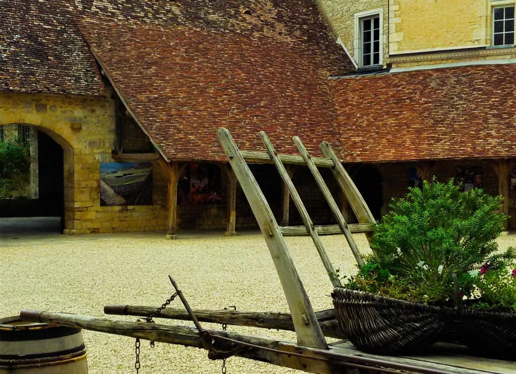 Vista parcial do pátio interno do 'château' onde monges faziam vinho na Idade Média