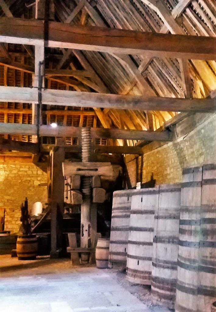 Ao fundo, prensas medievais usadas na fabricação de vinho