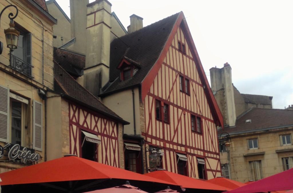 Casario típico de Dijon, cidade histórica da Borgonha que conserva arquitetura da Idade Média