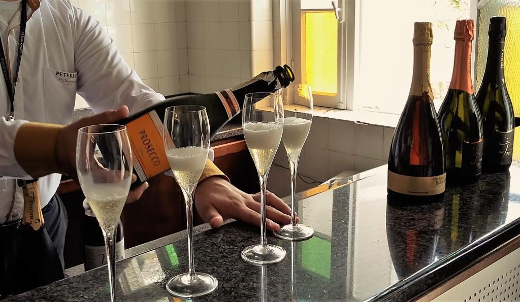 Degustação generosa de seis espumantes, entre eles três denominados de champanhes