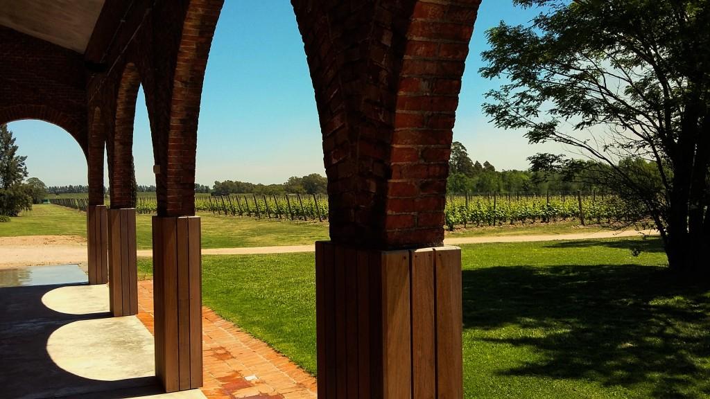 Em 2002, a família Bouza restaurou construção de 1942 para fabricar os seus vinhos