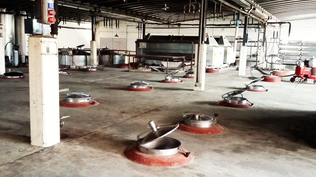 Tampas dos tanques de concreto onde ocorre a fermentação do vinho