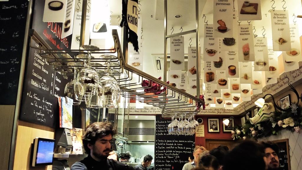 Os 'cardápios' de petiscos ficam pendurados por todo o teto do pequeno bar