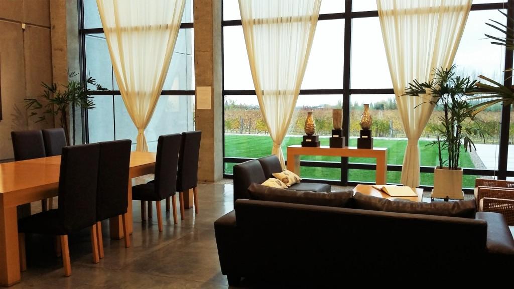 Um pedaço da elegante sala de degustações é também o local de recepção dos visitantes: vista para os parreirais