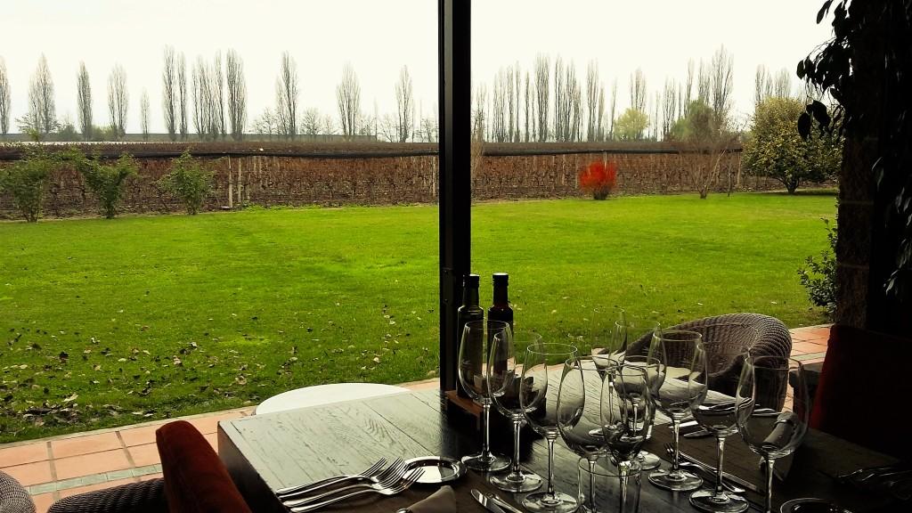 Restaurante da bodega Dominil Del Plata tem vista para os vinhedos e a cordilheira, quando o clima permite