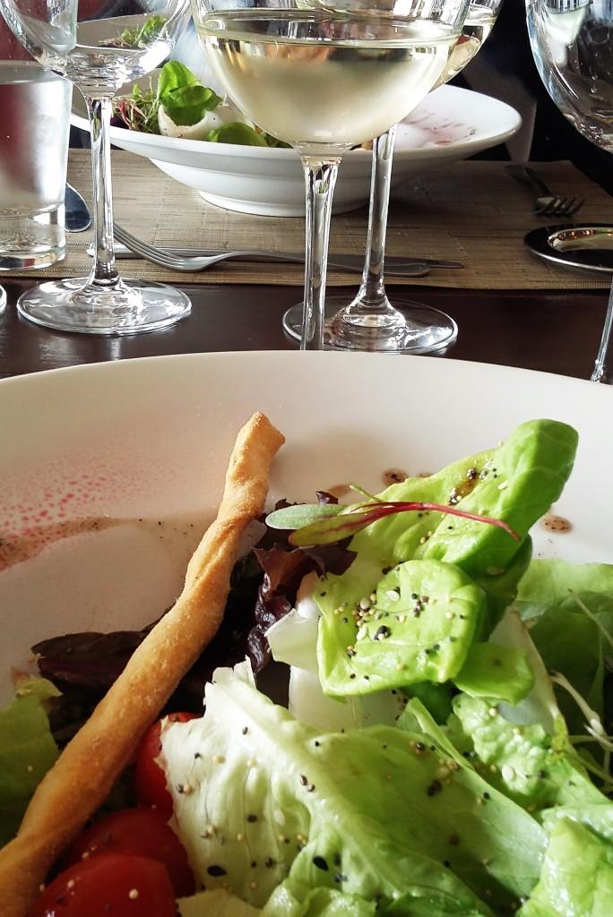 Salada refrescante e vinho branco