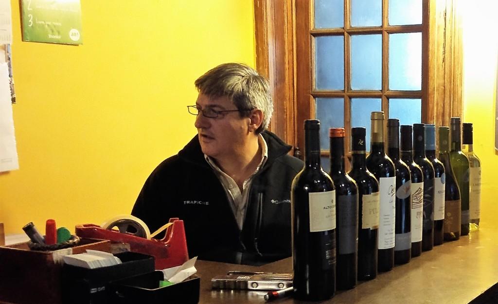 Joaquín Alberdi, no caixa da sua loja: grande conhecedor de vinhos de várias regiões da Argentina