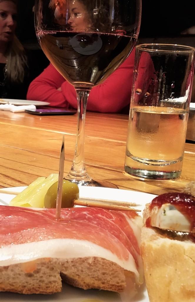 Tira-gostos e vinho tinto