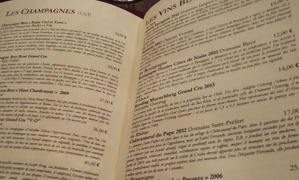 Cardápio tem muitas opções de vinhos para degustar em taças