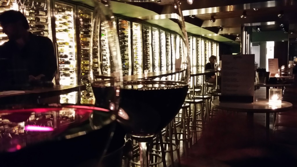 O bar tem mais 200 rótulos de vinhos, dentre os quais mais de 50 podem ser pedidos em taça, e os preços variam de 4 a 20 euros