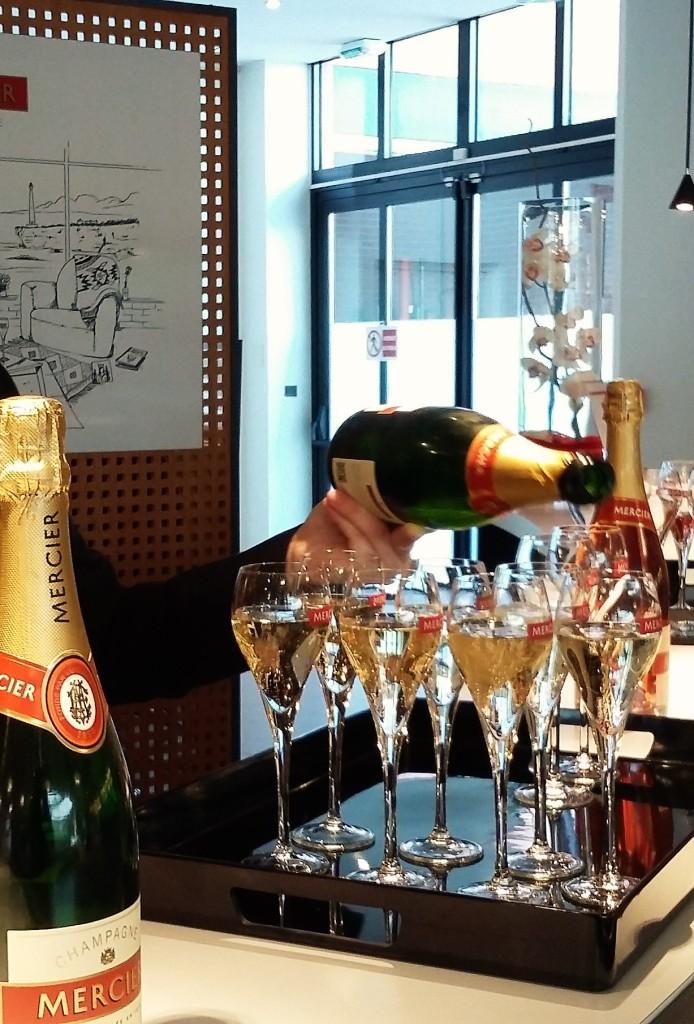 Pausa para degustar champanhe: uma rotina da viagem