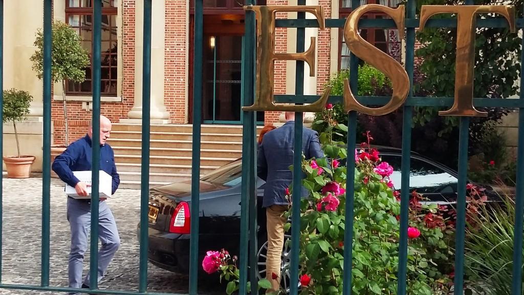 Em Epernay, compradores carregam caixas de champanhe
