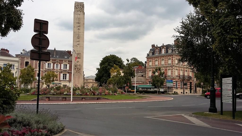 A pequena Place de la République, ponto central da cidade com muitos bares e restaurantes, é também onde começa (ou termina) a Avenue de Champagne