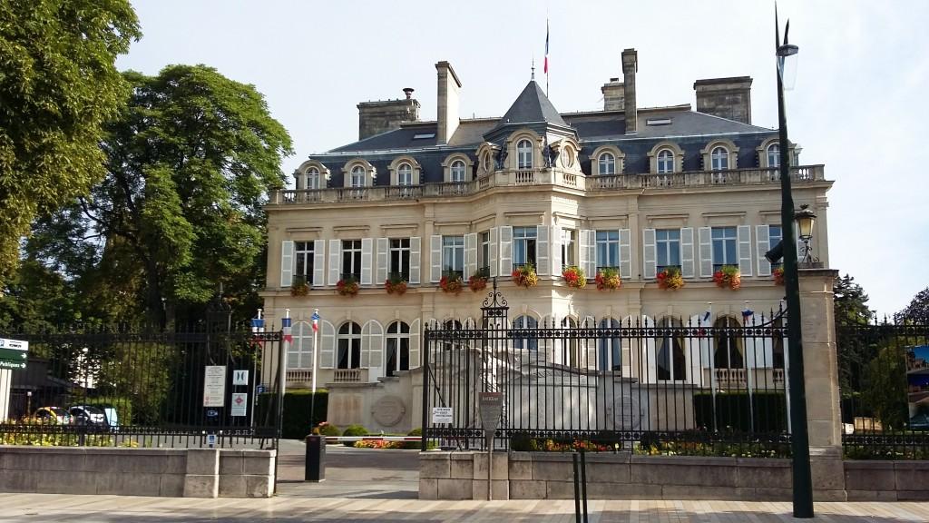 A avenida mais famosa da cidade também abriga a linda sede da prefeitura (foto) e o 'Office de Tourism'