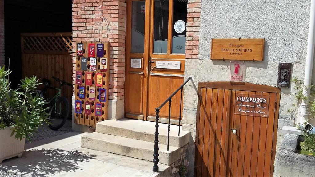 Portas de entrada da casa e da cave do Champagne Patrick Soutiran