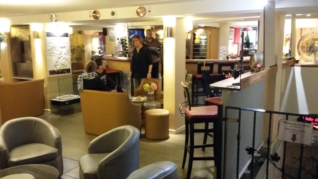 Bar de champanhes no subsolo: 400 rótulos da bebida