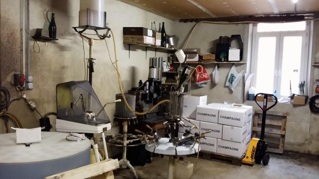 Cômodo nos fundos da casa onde Bouquin faz manualmente todo o trabalho final de etiquetar e encaixotar as garrafas