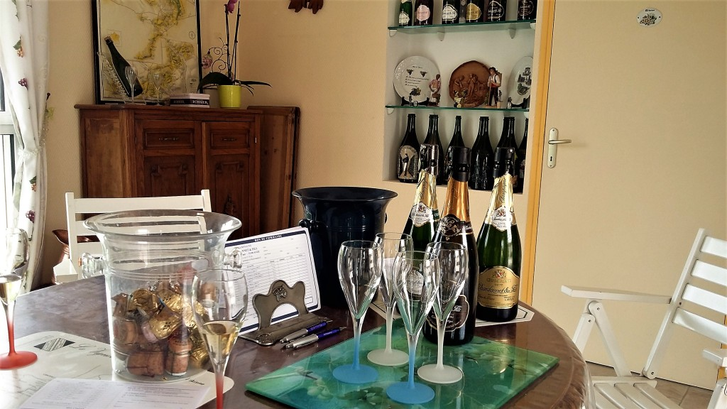 Champanhes 'Chardonnet & Fils' na mesa da sala para a degustação: simplicidade que encanta