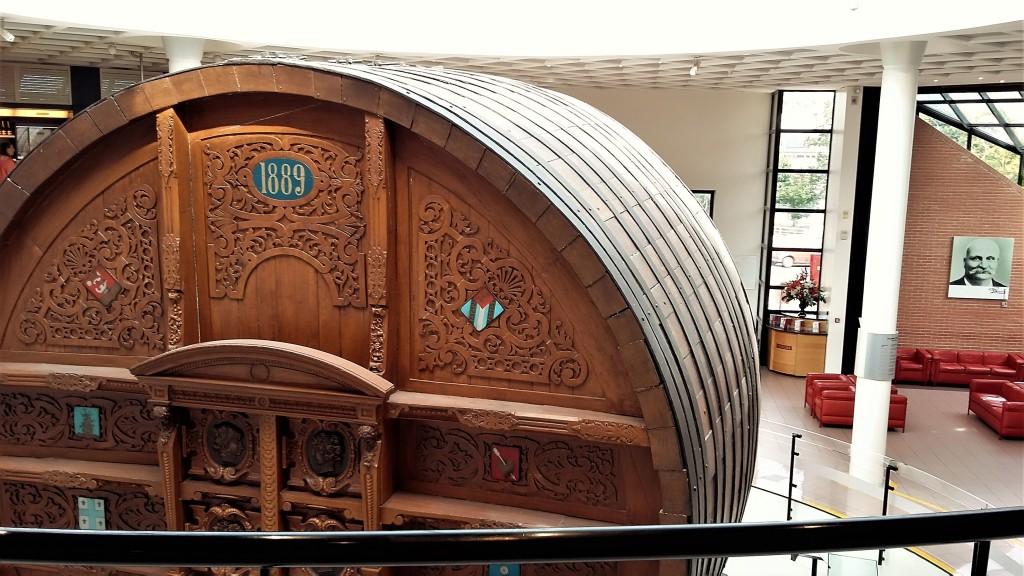 O imenso barril que foi levado em 1889 para a Exposição de Paris e, ao fundo, a foto de Eugene Mercier