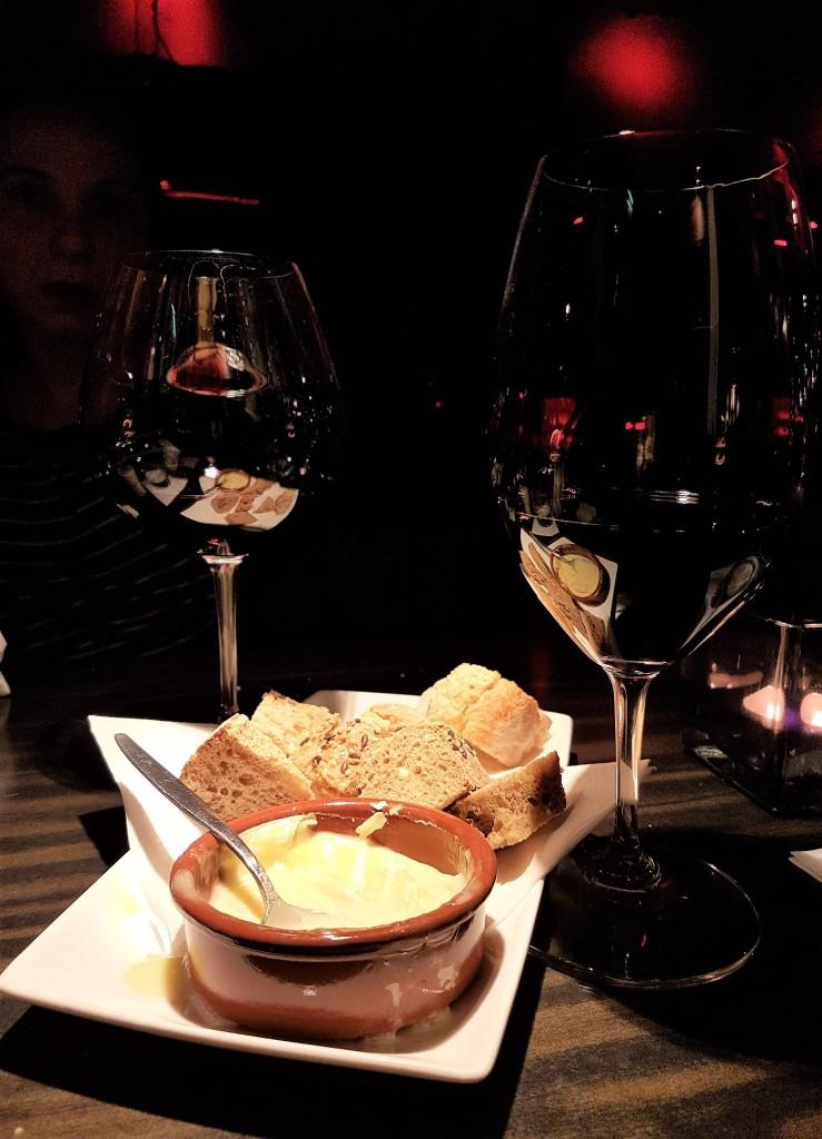 Queijo derretido, pão e vinho tinto: dos deuses